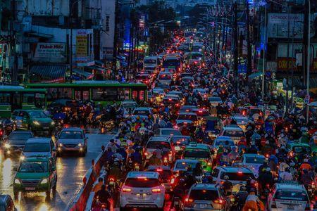 Giao thong trung tam Sai Gon roi loan trong mua lon - Anh 8