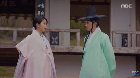 """Mat na quan vuong"": Yoo Seung Ho va Kim So Hyun co nu hon tran ""tinh nhu cai binh"" - Anh 1"