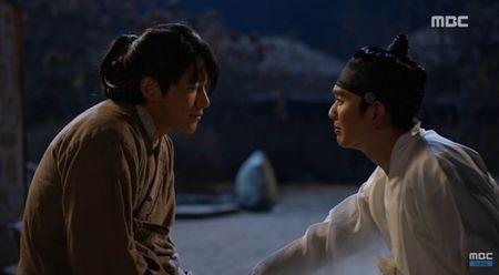 """Mat na quan vuong"": Yoo Seung Ho va Kim So Hyun co nu hon tran ""tinh nhu cai binh"" - Anh 3"