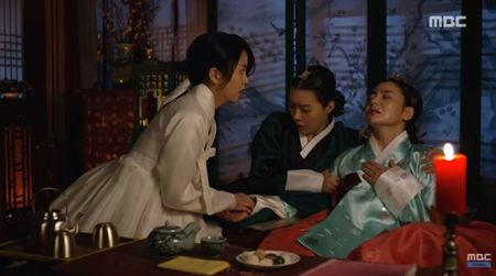 """Mat na quan vuong"": Yoo Seung Ho va Kim So Hyun co nu hon tran ""tinh nhu cai binh"" - Anh 8"