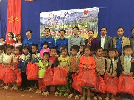 'Nang buoc em den truong' cho hoc sinh co hoan canh kho khan tai Yen Bai - Anh 2