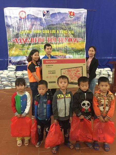 'Nang buoc em den truong' cho hoc sinh co hoan canh kho khan tai Yen Bai - Anh 4