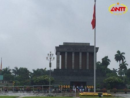 Nguoi dan 'doi mua' xep hang vao Lang vieng Bac nhan ky niem 127 nam ngay sinh - Anh 1