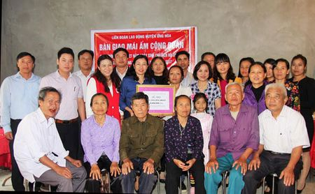 Huyen Ung Hoa: Trao nha Mai am cong doan cho doan vien kho khan - Anh 1