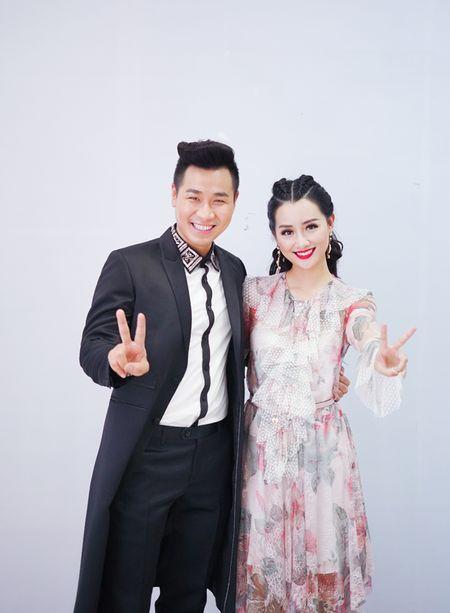 MC Nguyen Khang cham soc Quynh Chi nhu tinh nhan - Anh 4