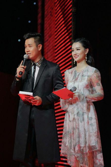 MC Nguyen Khang cham soc Quynh Chi nhu tinh nhan - Anh 9