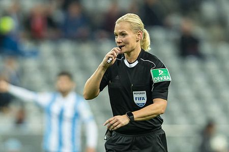 Ban gai Howard Webb tro thanh nu trong tai dau tien lam viec o Bundesliga - Anh 3