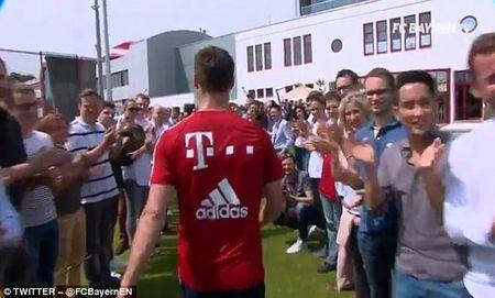Bayern to chuc chia tay Philipp Lahm va Xabi Alonso - Anh 2