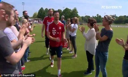 Bayern to chuc chia tay Philipp Lahm va Xabi Alonso - Anh 4