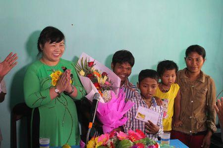 TAND tinh Thua Thien Hue trao tang nha tinh thuong cho ho ngheo - Anh 3