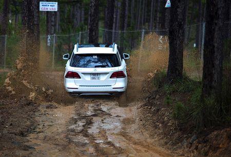 Dem dan xe Mercedes 16 ty vao rung off-road - Anh 6