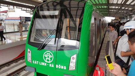 Mo cua tham quan nha ga duong sat tren cao Cat Linh-Ha Dong - Anh 2