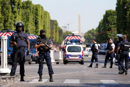 Xe dam vao canh sat o dai lo Champs Elysees: Doi tuong mang vu khi - Anh 1