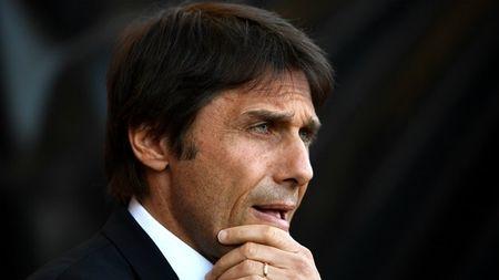Hau truong Chelsea 'nong dan deu' vi mot nguoi dan ba - Anh 2