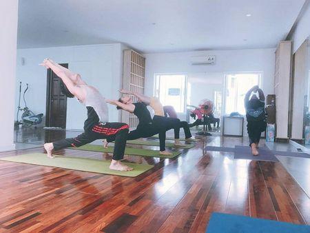 Ho Ngoc Ha hao hung khoe anh ca nha cung tap yoga - Anh 3