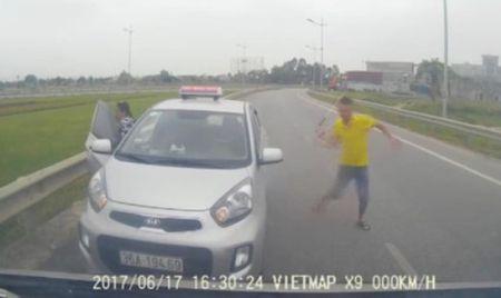 Thu hoi phu hieu taxi di nguoc chieu con doa danh nguoi - Anh 1