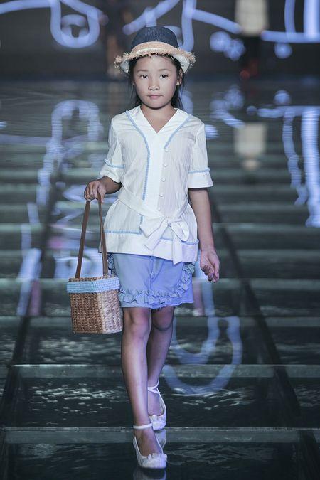 """Vo dep va 3 con xinh nhu thien than cua MC Phan Anh """"pha dao"""" tren san dien - Anh 16"""
