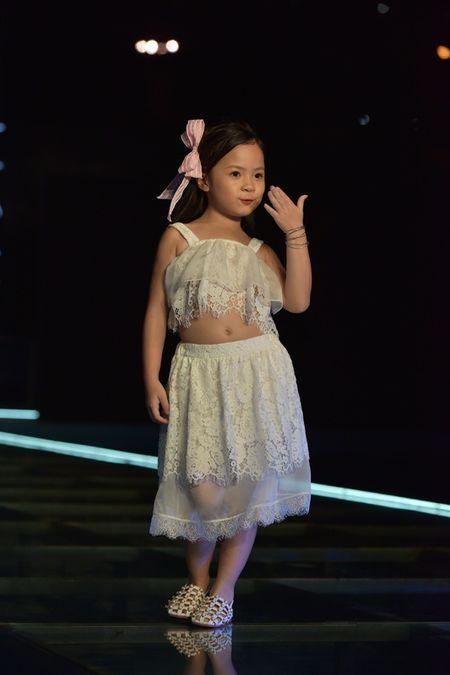 """Vo dep va 3 con xinh nhu thien than cua MC Phan Anh """"pha dao"""" tren san dien - Anh 18"""