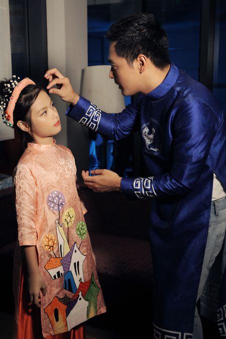 """Vo dep va 3 con xinh nhu thien than cua MC Phan Anh """"pha dao"""" tren san dien - Anh 2"""