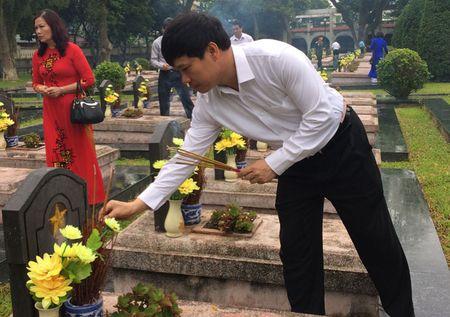 Doan dai bieu TP Ha Noi tham, vieng nghia trang liet si tai tinh Dien Bien - Anh 2
