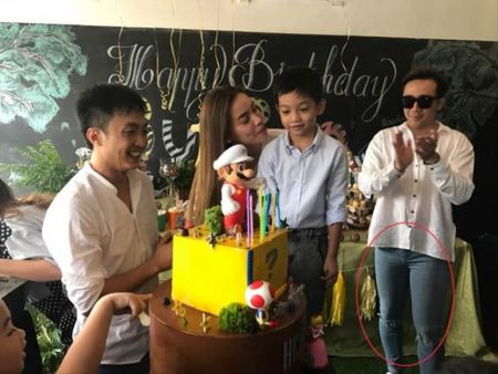Tran Thanh bi fan nghi ngo 'mac nham quan' Hari Won khi du sinh nhat con trai Ha Ho - Anh 1