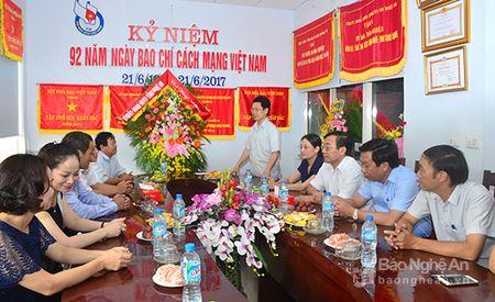 Lanh dao tinh chuc mung Ngay Bao chi cach mang Viet Nam 21/6 - Anh 3