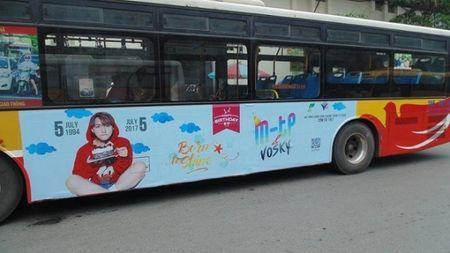 Fan Son Tung M-TP choi lon, thue xe bus treo hinh than tuong de chuc mung sinh nhat - Anh 1