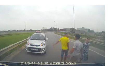 Xu ly tai xe taxi di nguoc chieu con doi hanh hung nguoi khac - Anh 3