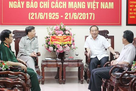 Thu truong Le Khanh Hai chuc mung Bao QDND nhan Ngay Bao chi cach mang Viet Nam - Anh 3