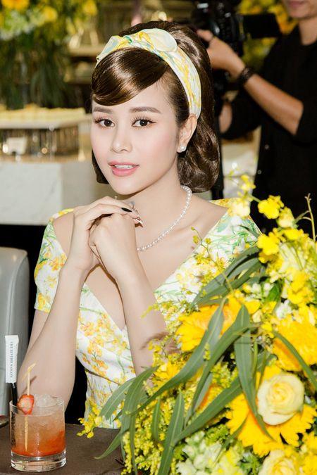 Hoa hau Sella Truong dien dam co dien, do dang ben Ky Duyen, My Linh - Anh 9