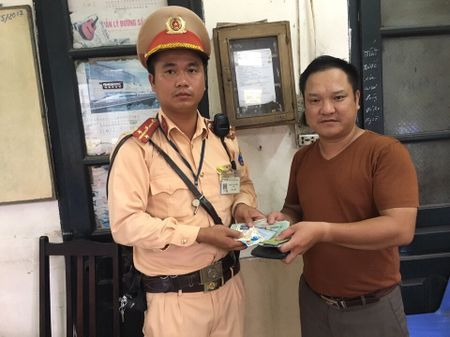 CSGT Ha Noi tra vi co hon 10 trieu dong cho nguoi danh roi - Anh 1