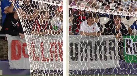 Bi nem tien vao nguoi, Donnarumma duoc goi la 'truyen nhan' cua Sepp Blatter - Anh 2