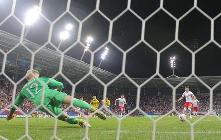 Chum anh: U21 Ba Lan thoat hiem ngoan muc tren cham 11m - Anh 7