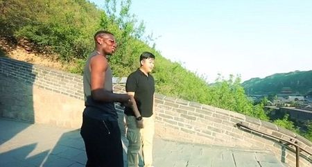 Chum anh: Pogba thi tho toc do voi fan ngay tai Van ly truong thanh - Anh 1