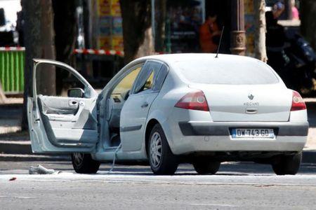 Phap: Xe cho day vu khi dam vao canh sat o dai lo Champs Elysees - Anh 1