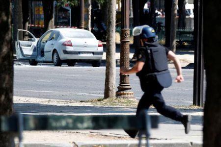 Phap: Xe cho day vu khi dam vao canh sat o dai lo Champs Elysees - Anh 2