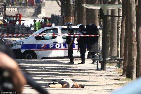 Phap: Xe cho day vu khi dam vao canh sat o dai lo Champs Elysees - Anh 3