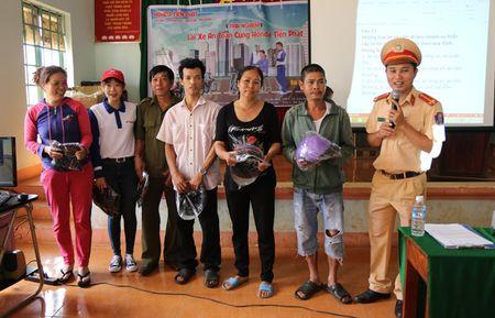 CSGT Cong an Dak Nong tuyen truyen luat giao thong - Anh 2