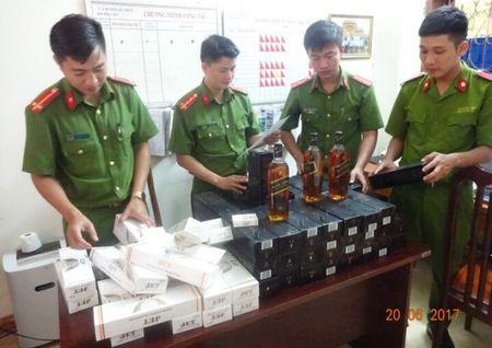 Quang Binh: Bat vu van chuyen ruou ngoai va thuoc la lau - Anh 1
