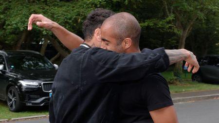 Alves 'dinh nhu sam' voi Marquinhos trong ngay dau tap luyen o PSG - Anh 1