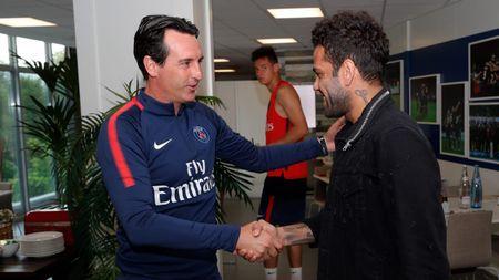Alves 'dinh nhu sam' voi Marquinhos trong ngay dau tap luyen o PSG - Anh 2