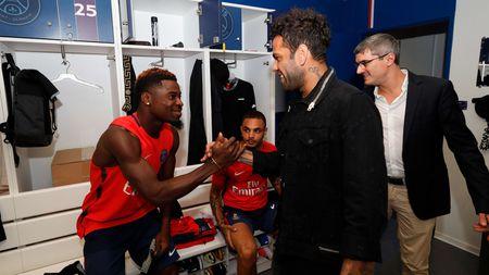 Alves 'dinh nhu sam' voi Marquinhos trong ngay dau tap luyen o PSG - Anh 4