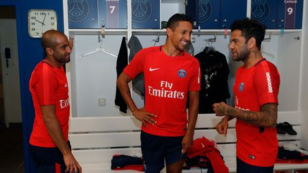 Alves 'dinh nhu sam' voi Marquinhos trong ngay dau tap luyen o PSG - Anh 5