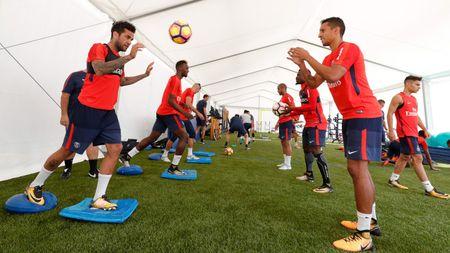 Alves 'dinh nhu sam' voi Marquinhos trong ngay dau tap luyen o PSG - Anh 8