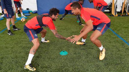 Alves 'dinh nhu sam' voi Marquinhos trong ngay dau tap luyen o PSG - Anh 9