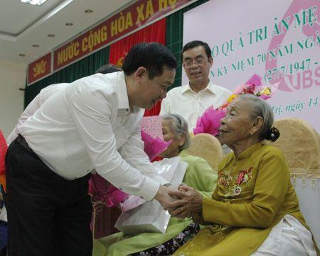 Pho Thu tuong Vuong Dinh Hue tham Ba me Viet Nam anh hung tai Quang Tri - Anh 1