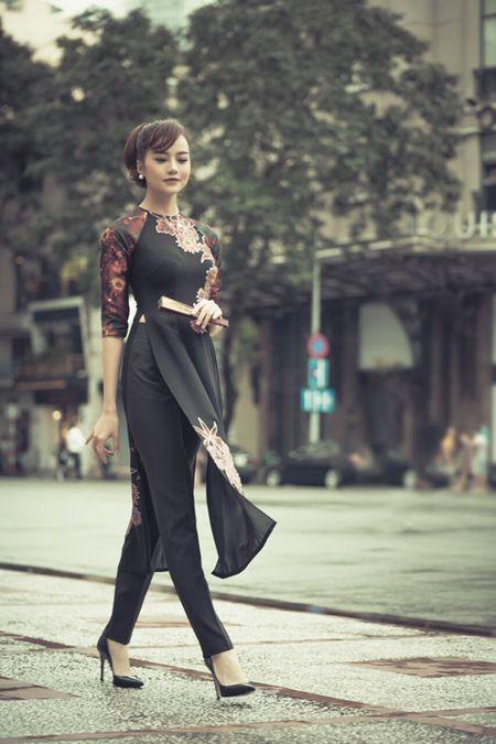 Hau phau thuat tham my, Kieu Ngan dien ao dai dao pho cung 'nguoi mau U70' - Anh 5
