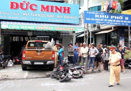 Tai xe xe 'dien' tong 8 xe khai nhan nham chan ga - Anh 2