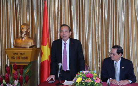 Pho Thu tuong Truong Hoa Binh tham Dai su quan Viet Nam tai Singapore - Anh 1