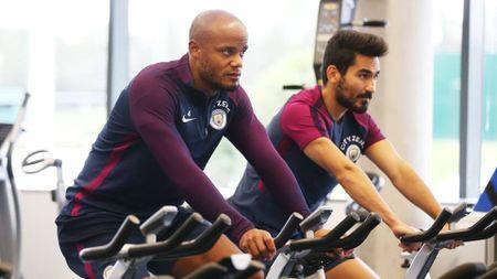 Cac ngoi sao Man City tap the luc trong phong gym - Anh 4